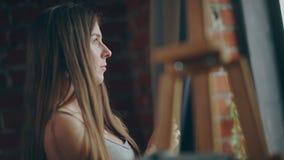 Профиль молодого художника: она готовит окно, держит щетку сток-видео