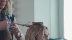 Профиль молодой женщины в кресле ` s парикмахера: дизайн волос сток-видео