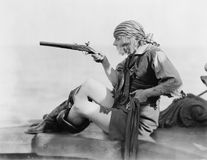 Профиль молодой женщины держа pistil кремнёвого замка в обмундировании пиратов (все показанные люди нет более длинные живущих и н стоковая фотография rf