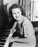 Профиль молодой женщины играя рояль и усмехаться (все показанные люди более длинные живущие и никакое имущество не существует Пос Стоковые Изображения RF