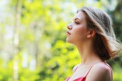 Профиль молодой женщины стоковое изображение rf