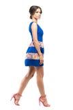Профиль платья лета женщины вкратце безрукавного идя и смотря камеру Стоковые Фотографии RF