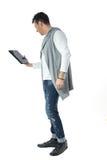 Профиль человека используя цифровую таблетку Почти задняя часть Бразильские мамы Стоковое Изображение