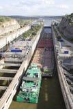 проходить замка канала баржи Стоковая Фотография