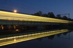 проходить поезд отражения Стоковые Фотографии RF