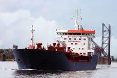 проходить топливозаправщик корабля Стоковое фото RF