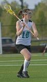 проходить lacrosse девушок шарика Стоковые Изображения