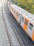 проходящ поезд underneath Стоковое Фото