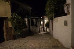 Проход в квартале Albayzin Moorish на ноче, Гранаде, Spai стоковые изображения rf