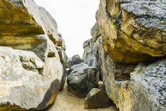 Проход между большими камнями стоковое изображение rf