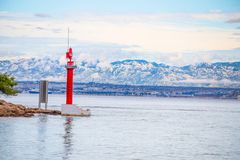 Проход Mala Proversa между Dugi Otok и островами Kornati/островами Kornati Хорватии маяка красными стоковые фото