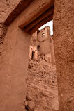 Проход двери портрета внутри Aït Benhaddou Kasbah в Ouarzazate в высоких горах атласа, Марокко стоковые изображения rf