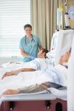 Проходить пациента медсестры готовя ренальный Стоковое Изображение