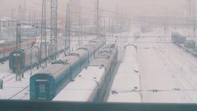 Проходить depo железной дороги вполне поездов и линий напряжения тока высоты предусматриванных в снеге видеоматериал