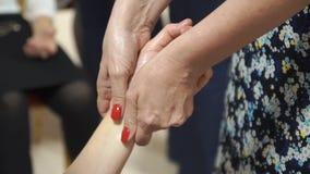 Процедура вручает массаж в салоне курорта Женские руки делая массаж пальца с красотой смазывают акции видеоматериалы