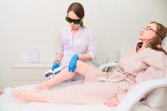 Процедура по лазера в клинике косметологии лазера стоковые изображения rf