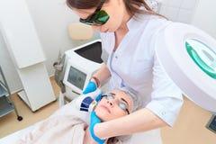 Процедура по лазера в клинике косметологии лазера стоковые изображения