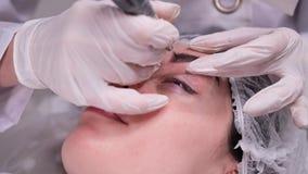 Процедура по применения пигмента использующ особенное оборудование Постоянный макияж 4K медленный Mo акции видеоматериалы