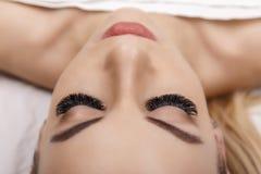 Процедура по расширения ресницы Глаз женщины с длинними ресницами Закройте вверх, селективный фокус Голливуд, русский том стоковая фотография rf