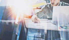 Процесс бизнесмена работая на современном офисе Молодой сотрудник работая на деревянном столе с печатными документами и компьтер- Стоковое Изображение RF