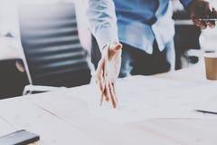 Процесс бизнесмена работая на солнечном офисе Укомплектуйте личным составом обсуждать новые коммерческие рынки с партнерами на ко Стоковая Фотография