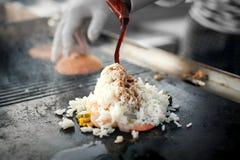 Процесс варить рис с овощами азиатская кухня Еда улицы Стоковое Фото