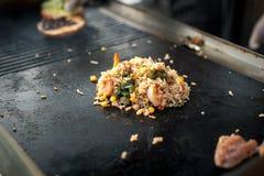 Процесс варить рис с овощами азиатская кухня Еда улицы Стоковые Изображения