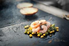 Процесс варить рис с овощами азиатская кухня Еда улицы Стоковые Изображения RF