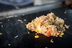 Процесс варить рис с овощами азиатская кухня Еда улицы Стоковое Изображение