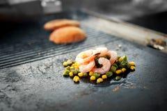 Процесс варить рис с овощами азиатская кухня Еда улицы Стоковое фото RF