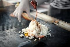 Процесс варить рис с овощами азиатская кухня Еда улицы Стоковые Фото