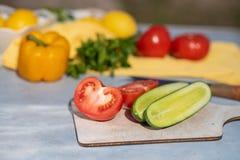 Процесс варить салат овощей стоковое изображение rf