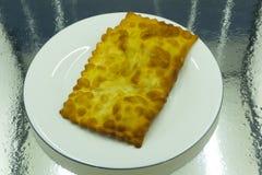Процесс варить chebureks Кавказская и восточная еда пирожок сделанный из тонкого unleavened теста с заполненной овечкой и стоковое фото