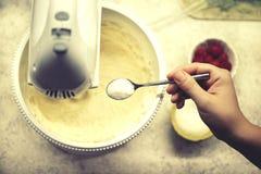 Процесс взбивать белизны яичка с смесителем руки Процесс делать печенье испечет домодельное Стоковые Фото