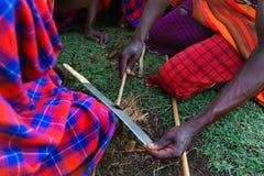 Процесс выставки людей Maasai делать огонь стоковые изображения rf