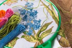 Процесс вышивки крестиком Холст на обручах, иглах, зубочистке вышивки и картине Стоковая Фотография