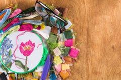 Процесс вышивки крестиком Холст на обручах, иглах, зубочистке вышивки и картине Стоковые Изображения RF