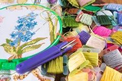 Процесс вышивки крестиком Холст на обручах, иглах, зубочистке вышивки и картине Стоковые Фотографии RF
