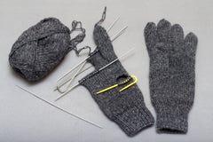 Процесс вязать шерстяные перчатки на вязать иглах Стоковые Изображения