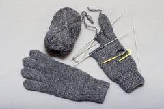 Процесс вязать шерстяные перчатки на вязать иглах Стоковые Фотографии RF