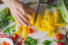 Процесс делать вегетарианский салат Стоковые Изображения
