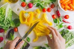 Процесс делать вегетарианский салат Стоковая Фотография