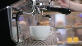 Процесс делать кофе: кофейные зерна приготовления на гриле видеоматериал