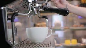 Процесс делать кофе: кофейные зерна приготовления на гриле сток-видео