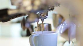 Процесс делать кофе машиной кофе льет кофе в чашку Кофе, который нужно пойти концепция сток-видео