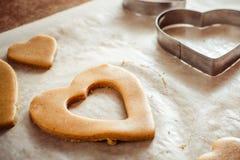 Процесс делать печенья имбиря в форме сердец на сватать Стоковое Фото