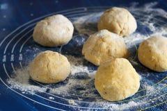 Процесс делать хлеб: тесто разделено в 6 частей стоковое изображение