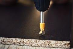 Процесс древесины drillig с концом бурового наконечника вверх стоковое фото rf