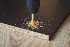 Процесс древесины drillig с концом бурового наконечника вверх стоковое изображение rf