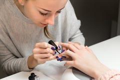Процесс делать маникюр в салоне курорта Стоковое фото RF